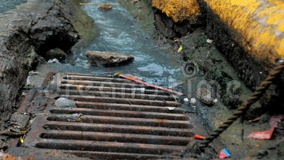 Βρόμικο νερό που ρέει σε σύστημα αποχέτευσης νερού με καταιγίδα Η ρύπανση πηγαίνει στο δημοτικό σύστημα αποχέτευσης στο δρόμο απόθεμα βίντεο