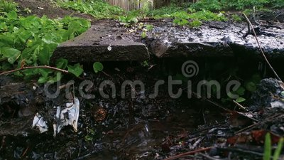 Βρώμικος κολπίσκος στην αστική θέση μετά από τη βροχή απόθεμα βίντεο