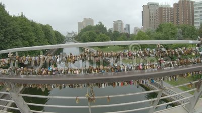 Γέφυρα του καναλιού της Οττάβα με 'Κλειδαριές αγάπης' απόθεμα βίντεο