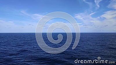 Γαλάζια θάλασσα, ωκεανός, σύννεφα και ουρανός φιλμ μικρού μήκους