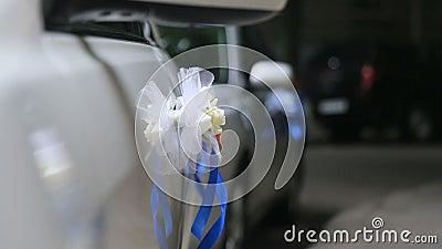 Γαμήλια διακόσμηση του πολυτελούς άσπρου αυτοκινήτου στο δρόμο νύχτας