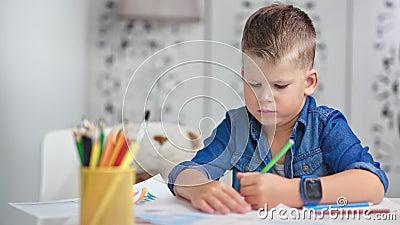 Γεμάτη εμπιστοσύνη ταλαντούχα χαριτωμένα μικρά αγόρια ζωγραφίζοντας μια εικόνα με πολύχρωμο μολύβι μεσαίο κοντινό πλάνο φιλμ μικρού μήκους
