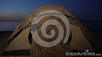 Γενναία έφηβη κρύβεται στη σκηνή όταν φωτίζεται από το φακό, στρατόπεδο προσφύγων στην ακτή απόθεμα βίντεο