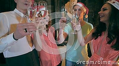 γιορτάστε τη φθορά santa μητέρων καπέλων κορών Χριστουγέννων εορτασμού Φίλοι που κρατούν τα ποτήρια της σαμπάνιας που κάνει τις ε φιλμ μικρού μήκους