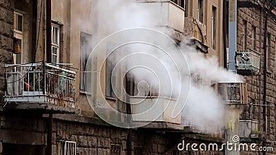 Γκρίζα καπνοδόχος με τον άσπρο καπνό στο κλίμα οικοδόμησης με τα μπαλκόνια και τα παράθυρα Βίντεο χρονικού σφάλματος απόθεμα βίντεο