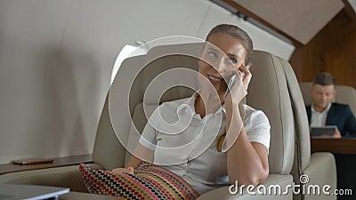 Γλυκιά θηλυκή ομιλία για το ταξίδι πολυτέλειας μέσα του ιδιωτικού αεριωθούμενου αεροπλάνου φιλμ μικρού μήκους