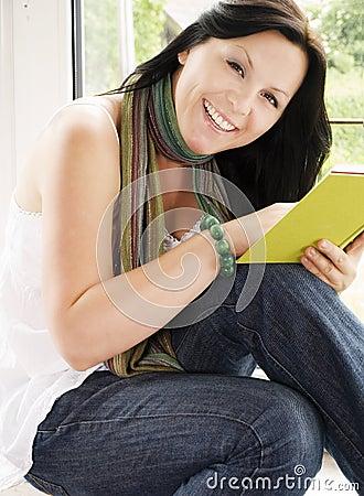 γυναίκα ανάγνωσης βιβλίω&n