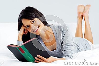 Γυναίκα βιβλίων ελεύθερου χρόνου