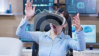 Γυναίκα επιστήμονας που χρησιμοποιεί γυαλιά εικονικής πραγματικότητας σε κλινική νευρολογίας απόθεμα βίντεο