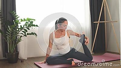 Γυναίκα κάνει μία άσκηση βασιλιά με τα πόδια, στην Έκα Πάντα Ρατζακαποτάσα Πόζα απόθεμα βίντεο