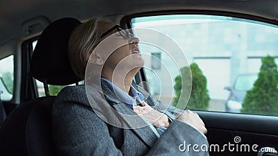 Γυναίκα με επαγγελματικό κουστούμι που αγγίζει το στήθος αισθάνεται οξύ πόνο, κίνδυνος καρδιακής προσβολής φιλμ μικρού μήκους