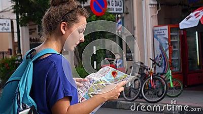 Γυναίκα με το διαλογικό χάρτη πόλεων Χάρτης ζωτικότητας απόθεμα βίντεο