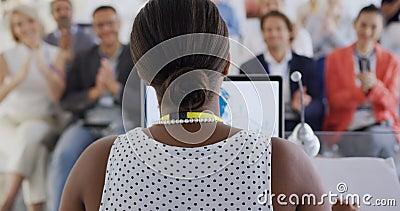 Γυναίκα ομιλήτρια και χειροκροτήματα σε επιχειρηματικό συνέδριο