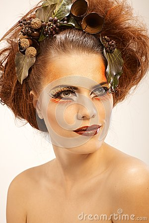 Γυναίκα πορτρέτου ομορφιάς το φθινόπωρο makeup