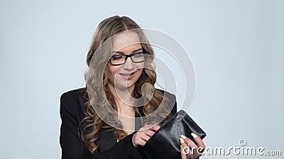 Γυναίκα που κουνάει το πορτοφόλι της ψάχνοντας για χρήματα μετά από ανεπαρκή αμβλώσεις, αργή κίνηση απόθεμα βίντεο