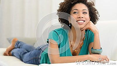 Γυναίκα που ονειρεύεται στον καναπέ απόθεμα βίντεο