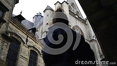 Γυναίκα που περπατά κάτω από τη γέφυρα του ST Michael στη Γάνδη απόθεμα βίντεο