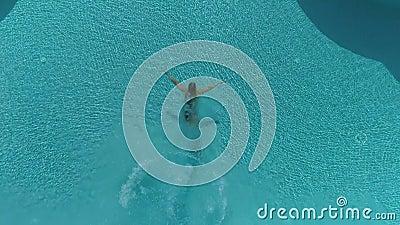 Γυναίκα που πηδά στη λίμνη απόθεμα βίντεο
