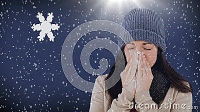 Γυναίκα που φτερνίζεται snowflakes στο κλίμα απόθεμα βίντεο
