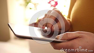 Γυναίκα που χρησιμοποιεί την ψηφιακή ταμπλέτα στο σπίτι 1080i απόθεμα βίντεο