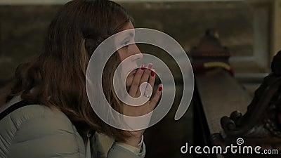 Γυναίκα Προσεύχεται Στην Εκκλησία απόθεμα βίντεο