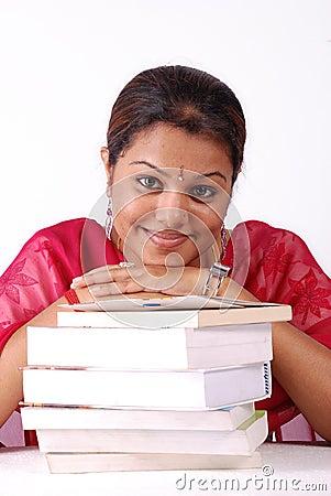 γυναίκα στοιβών βιβλίων