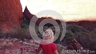 Γυναίκα στο φαράγγι Βάλπα απόθεμα βίντεο