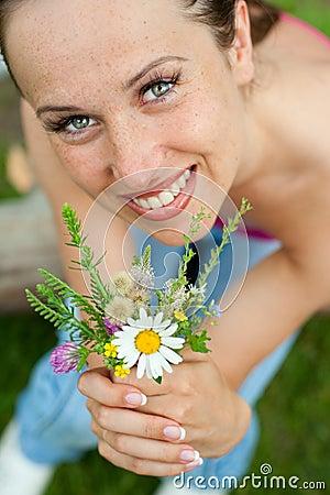 γυναίκα smiley μπουκέτων λουλουδιών