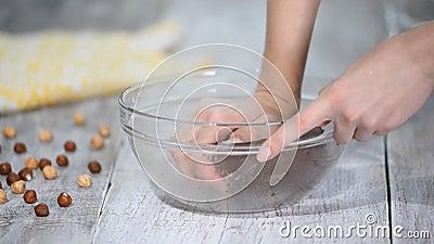 Γυναίκες γονατίζουν ζύμη σοκολάτας, μαγειρεύουν μπισκότα ή επιδόρπιο Μαγείρεμα στο σπίτι, συνταγή για μπισκότα φιλμ μικρού μήκους