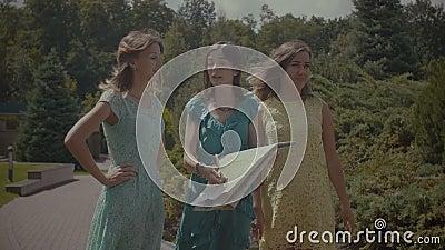 Γυναίκες ταξιδιού με χαρτών για την κατεύθυνση φιλμ μικρού μήκους