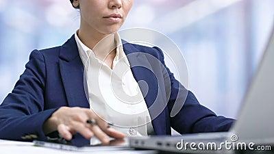 Γυναικείος γραφικός σχεδιαστής που αναπτύσσει το πρόγραμμα για τις σύγχρονες τεχνολογίες ταμπλετών στην αρχή απόθεμα βίντεο