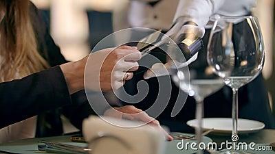 Γυναικείο χέρι που πληρώνει με τραπεζική κάρτα σε εστιατόριο Πληρωμή χωρίς επαφή φιλμ μικρού μήκους