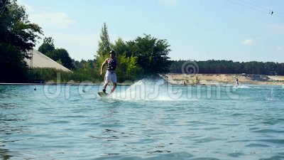 Γύροι Wakeboarder στη κάμερα και συντριβή στο νερό στον πίνακα ιχνών του σε αργή κίνηση φιλμ μικρού μήκους
