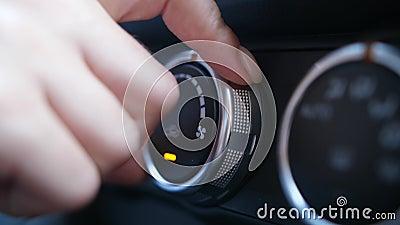 Δάχτυλα γυναίκας που συντονίζουν το εξόγκωμα του κλιματιστικού μηχανήματος αυτοκινήτων απόθεμα βίντεο