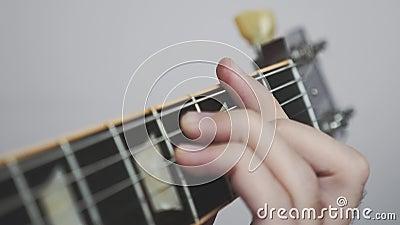 Δάχτυλα σε χορδές κιθάρας που παίζουν σόλο και χορδές Κοντινή όψη του πίνακα εργαλείων κιθάρας και δημιουργία δακτύλων Ιδέα της μ φιλμ μικρού μήκους