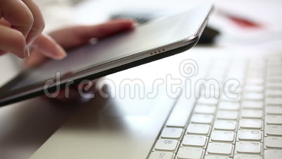 Δακτυλογράφηση στην ψηφιακή ταμπλέτα απόθεμα βίντεο