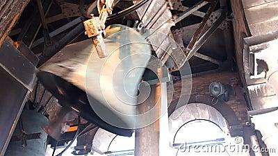 δαχτυλίδι κουδουνιών σε έναν πύργο εκκλησιών απόθεμα βίντεο
