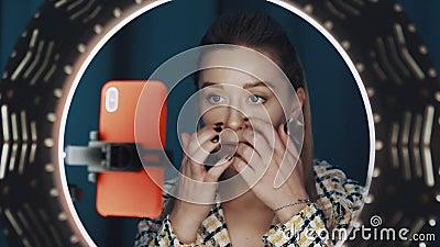 Δείτε μέσα από το φως του δαχτυλιδιού την όμορφη καυκάσα νεαρή blogger μόδας απόθεμα βίντεο