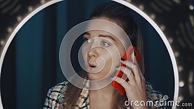 Δείτε μέσα από το φως του δαχτύλου την χαριτωμένη γυναίκα όμορφη blogger που μιλάει στο smartphone φιλμ μικρού μήκους