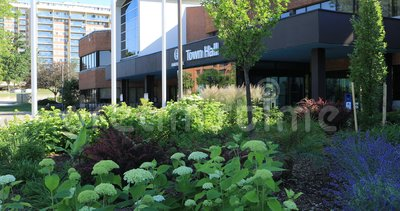 Δημαρχείο σε Oakville, Καναδάς με τα λουλούδια μπροστινό 4K απόθεμα βίντεο