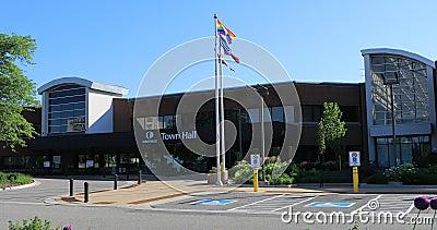 Δημαρχείο σε Oakville, Καναδάς με τις σημαίες μπροστινό 4K φιλμ μικρού μήκους