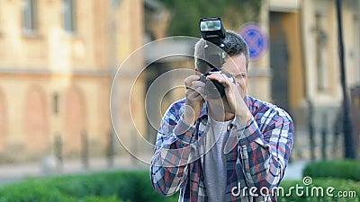 Δημιουργικός ταλαντούχος φωτογράφος που τραβάει φωτογραφίες έξω, υπηρεσία πρακτορείου, τέχνη απόθεμα βίντεο