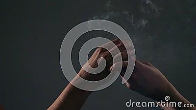 Διάβαση της ένωσης μαριχουάνα μεταξύ δύο χεριών απόθεμα βίντεο