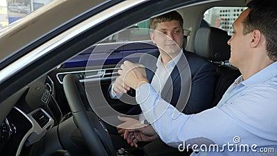 Διαβιβάζοντας τα κλειδιά του νέου αυτοκινήτου, επαγγελματικός πελάτης αυτοκινήτων πώλησης πωλητών, καλή διαπραγμάτευση στην αίθου απόθεμα βίντεο