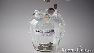 Διακοπές, αποταμίευση χρημάτων σε ένα βάζο απόθεμα βίντεο