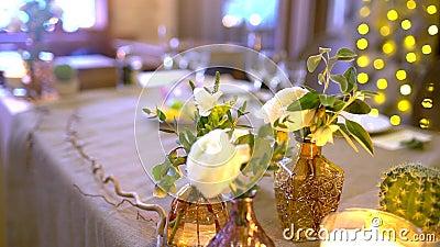 Διακοσμημένος πίνακας για ένα γαμήλιο γεύμα Κομψοί πίνακες συμποσίου που προετοιμάζονται για μια διάσκεψη ή ένα κόμμα, πίνακας συ απόθεμα βίντεο