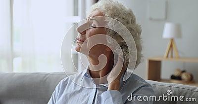 Δυστυχισμένη κουρασμένη γριά που τρίβει τον λαιμό και νιώθει πόνο στο σπίτι φιλμ μικρού μήκους