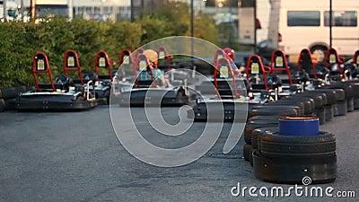 Δύο αρσενικοί φίλοι που απολαμβάνουν το γύρο στο κύκλωμα kart, που έχει τη διασκέδαση μαζί, ανταγωνισμός φιλμ μικρού μήκους