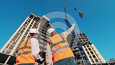 Δύο μηχανικοί παρακολουθούν την κατασκευή πολυώροφων κτιρίων φιλμ μικρού μήκους