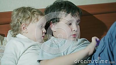 Δύο μικρά παιδιά που παίζουν με μια ταμπλέτα απόθεμα βίντεο